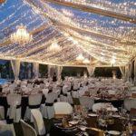 Beleuchtung in Zelt mit Kronleuchter
