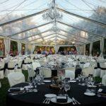 kronleuchter as Dekoration und Beleuchtung in ein Zelt