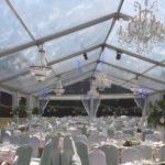 Beleuchtung und Dekoration in ein Zelt für Hochzeit