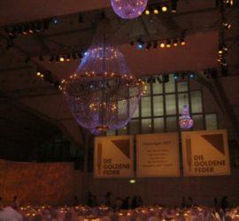 super-size-chandelier-goldene-feder-